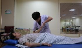 为患者进行康复训练治疗2